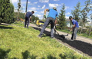 Отсыпка асфальтовой (асфальтной) крошкой тротуаров тротуарных дорожек